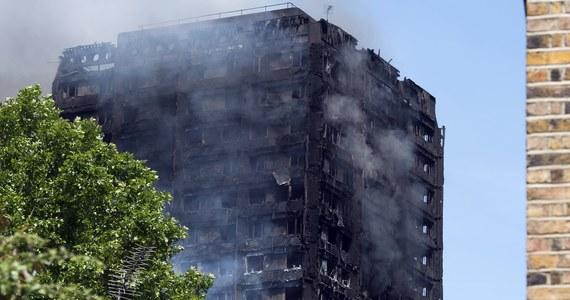 """Co najmniej sześć osób zginęło w pożarze wieżowca w zachodnim Londynie - potwierdziła straż pożarna. Ponad 70 osób jest w szpitalach - 20 z nich jest w stanie krytycznym. W Grenfell Tower mieszkali również Polacy - donosi korespondent RMF FM, który spotkał rodaków przed punktem pomocy dla poszkodowanych w pożarze. Trwają poszukiwania tych osób, które mogą być uwięzione w doszczętnie zniszczonym budynku. Burmistrz Londynu Sadiq Khan poinformował, że jest wielu zaginionych. """"Piekło na ziemi"""" - tak brytyjskie media określają to, co dzieje się na miejscu tragedii. Na szczęście minęło zagrożenie, że wysokościowiec może ulec zawaleniu - potwierdziły to badania przeprowadzone przez ekspertów. Policja podkreśla, że pożar nie był wynikiem zamachu terrorystycznego. Na RMF24.pl śledzimy na bieżąco informacje o dramatycznym zdarzeniu w stolicy Wielkiej Brytanii."""