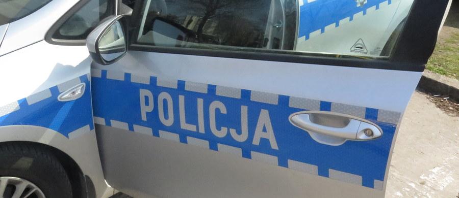 Prokuratura Okręgowa w Ostrowie Wielkopolskim umorzyła śledztwo ws. użycia broni służbowej przez policjanta z Ostrzeszowa podczas pościgu za samochodem, którym jechało 5 nastolatków. Przy próbie zatrzymania auta postrzelono 14-latka.