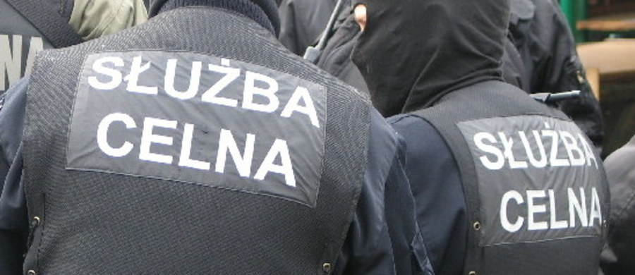 Milion sztuk nielegalnych papierosów przejęli śląscy celnicy, którzy skontrolowali dostawczego mercedesa w Dąbrowie Górniczej. Wartość towaru to prawie 680 tys. zł - poinformowała Grażyna Kmiecik z Izby Administracji Skarbowej w Katowicach.