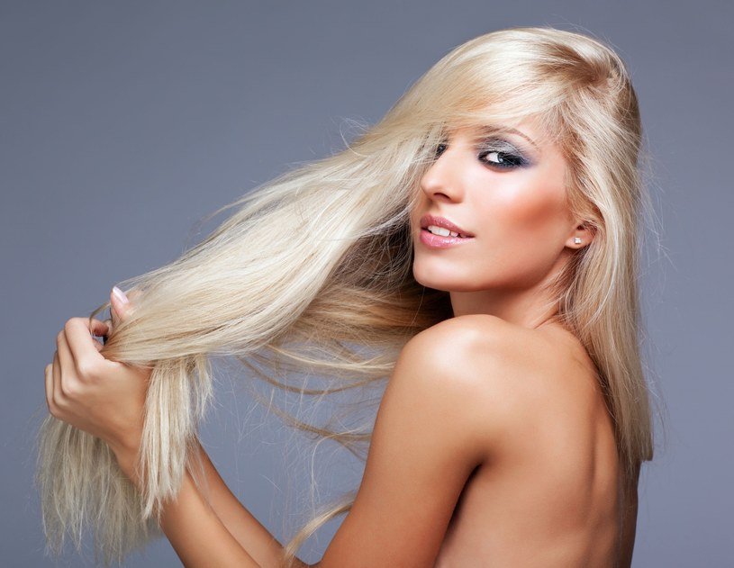 Blondynki powinny troszczyć się o swoje włosy ze szczególną starannością. Wszystko dlatego, że włosy blond są zazwyczaj cienkie, delikatne i wymagają odpowiedniej ochrony. Poznaj kilka trików, które pomogą ci w codziennej pielęgnacji.