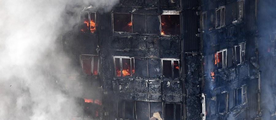 Świadkowie pożaru wieżowca Grenfell Tower w Londynie mówią, że z 10. pietra płonącego budynku kobieta zrzuciła niemowlę. Dziecko zostało złapane przez osobę stojącą pod blokiem.