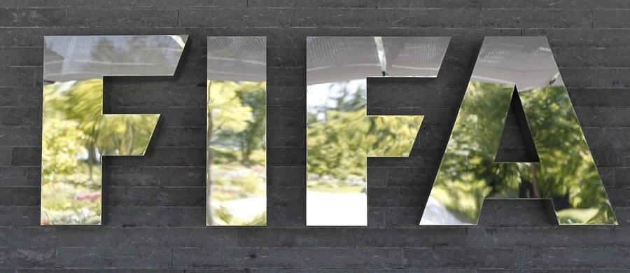Zapadł pierwszy wyrok w głośnej aferze korupcyjnej w Międzynarodowej Federacji Piłki Nożnej (FIFA), którą badają wspólnie prokuratury USA i Szwajcarii. Skazany został pracownik banku, który przyjął łącznie 650 tysięcy dolarów łapówki za fałszowanie dokumentów.