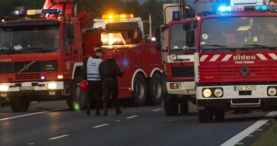 Cztery rozbite samochody na autostradzie A4 w Rudzie Śląskiej. Do stłuczki doszło podczas burzy na jezdni w kierunku Katowic. Ruch odbywał się tam pasem awaryjnym. Do karambolu doszło także za Legnicą. Na jezdni w stronę granicy - w pobliżu miejscowości Lubiatów  - zderzyły się trzy ciężarówki i dwa samochody osobowe.