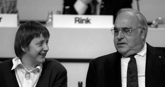 """""""Helmut Kohl był wielkim Niemcem i wielkim Europejczykiem"""" - powiedziała kanclerz Angela Merkel reagując na wiadomość o śmierci byłego kanclerza. Jej zdaniem Kohl położył wielkie zasługi dla jedności Niemiec i integracji europejskiej."""