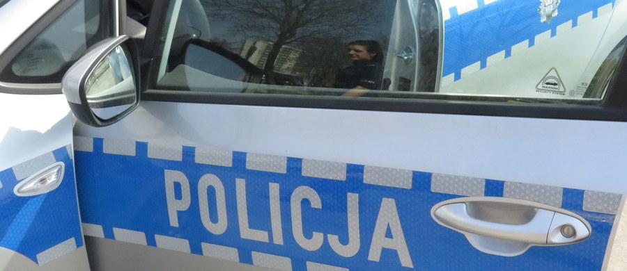 Policjanci z Krakowa zatrzymali 31-latka, który w rejonie przejścia dla pieszych przy ulicy Meissnera wymachiwał przedmiotem przypominającym broń. Mężczyzna był pijany: miał ponad półtora promila alkoholu. W poniedziałek ma zostać przesłuchany i ewentualnie może usłyszeć zarzuty.