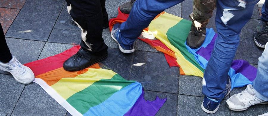 Około 2,5 tys. osób przeszło ulicami Kijowa w marszu równości środowisk LGBT - Kyiv Pride 2017. Imprezę, której pilnowało 5 tysięcy policjantów, bezskutecznie starali się zablokować ukraińscy nacjonaliści.