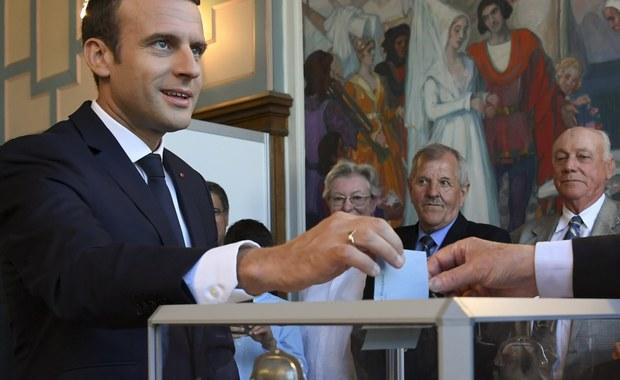 Poniedziałkowe francuskie gazety bardzo podobnie komentują wyniki wyborów parlamentarnych, wskazując, że niedzielna druga tura zagwarantowała prezydentowi Emmanuelowi Macronowi parlament, o jakim nowy szef państwa marzył. Partia LREM prezydenta Macrona wraz z koalicyjną partią MoDem zdecydowanie zwyciężyły, zdobywając co najmniej 301 miejsc w 577-osobowym Zgromadzeniu Narodowym - podało francuskie MSW po przeliczeniu 92 proc. głosów. Według częściowych oficjalnych wyników opublikowanych przez ministerstwo partia La Republique en Marche (LREM) zdobyła 263 miejsca, a jej sojusznicze ugrupowanie MoDem 38. Większość bezwzględna w niższej izbie francuskiego parlamentu wynosi 289 mandatów.