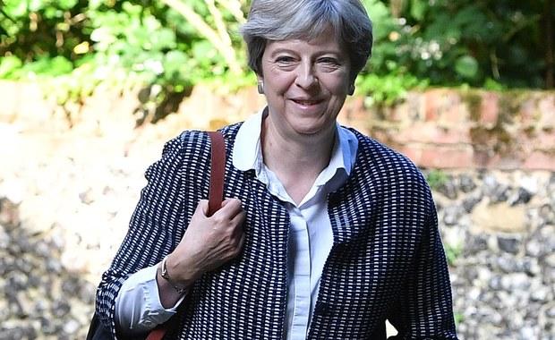 W Brukseli rozpoczęły się negocjacje w sprawie wyjścia Wielkiej Brytanii z Unii Europejskiej. Chcemy głębokich i wyjątkowych relacji z UE. Liczymy na konstruktywne rozmowy - oświadczył brytyjski minister ds. Brexitu David Davis. Brytyjska prasa pisze tymczasem o osłabionej pozycji premier Theresy May. Według mediów, wśród możliwych następców May wymieniany jest... David Davis.