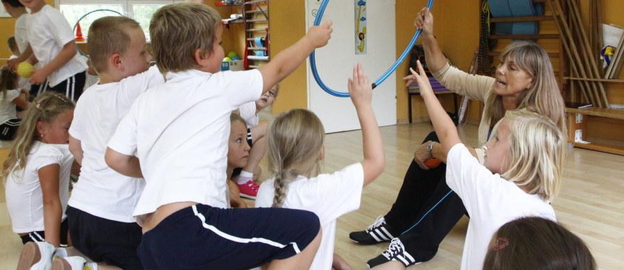 15 proc. uczniów podstawówek nie ćwiczy na lekcjach wychowania fizycznego. W gimnazjach i liceach to nawet 30 procent. Takie są wyniki ubiegłorocznej kontroli NIK-u. Właśnie zwalnianie uczniów z wuefu, a co za tym idzie: brak ruchu, to jedna z najczęstszych przyczyn wad postawy u dzieci. Jak powinna wyglądać idealna lekcja wychowania fizycznego, aby uczniowie jej nie opuszczali?