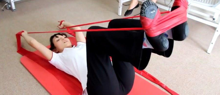 Zbyt mała aktywność fizyczna to jedna z głównych przyczyn wad postawy u dzieci. Z badania Instytutu Matki i Dziecka wynika, że aż 90 proc. dzieci i młodzieży ma problemy z kręgosłupem, stopami czy kolanami. Lekarze i rehabilitanci radzą: zachęcajmy dzieci do ćwiczeń, także w domu.