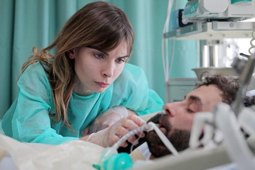 """""""Myślę, że to będzie mój najmocniejszy film!"""" - deklaruje reżyser """"Botoksu"""", Patryk Vega. Najnowsze dzieło twórcy najbardziej kasowych hitów kinowych ostatnich lat (""""Służby specjalne"""", """"Pitbull. Nowe porządki"""" i """"Pitbull. Niebezpieczne kobiety""""), to bezkompromisowe uderzenie w polską służbę zdrowia. """"Botoks"""" to poparty wielomiesięcznymi wywiadami, wstrząsający obraz życia i pracy lekarek oraz pielęgniarek w Polsce. Z ich opowieści wyłonił się porażający scenariusz, ukazujący problemy służb medycznych, jak i współczesnych kobiet."""