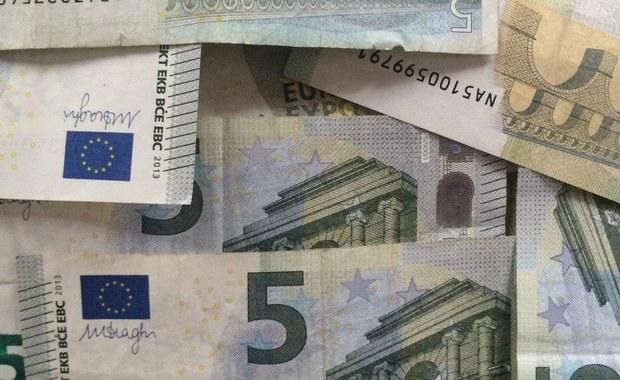 Zarzut udziału w międzynarodowej grupie przestępczej zajmującej się oszustwami i wielokrotnego doprowadzenia do niekorzystnego rozporządzenia mieniem wielkiej wartości usłyszał 32-letni Wojciech K. Śledztwo w sprawie piramidy finansowej nadzoruje Prokuratura Okręgowa w Kielcach.