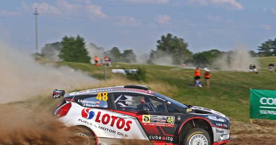 Na pierwszej pętli sobotniego etapu 73. Rajdu Polski Kajetan Kajetanowicz i Jarek Baran, podobnie jak wczoraj, pokazali dobre tempo na szybkich oesach polskiej rundy WRC. Na trzech rozegranych dziś odcinkach: Gołdap (14,75 km), Stańczyki (25,27 km) i Babki (21,02 km) Rajdowi Mistrzowie Europy wywalczyli odpowiednio szósty, piąty i szósty czas w stawce 22 załóg walczących w klasyfikacji WRC 2. Na tych próbach wyższość załogi LOTOS Rally Team musieli uznać m.in. aktualni wiceliderzy punktacji WRC 2, a także zawodnicy mający na swoim koncie znacznie więcej startów w rundach WRC, niż debiutujący w tym cyklu Kajetanowicz.