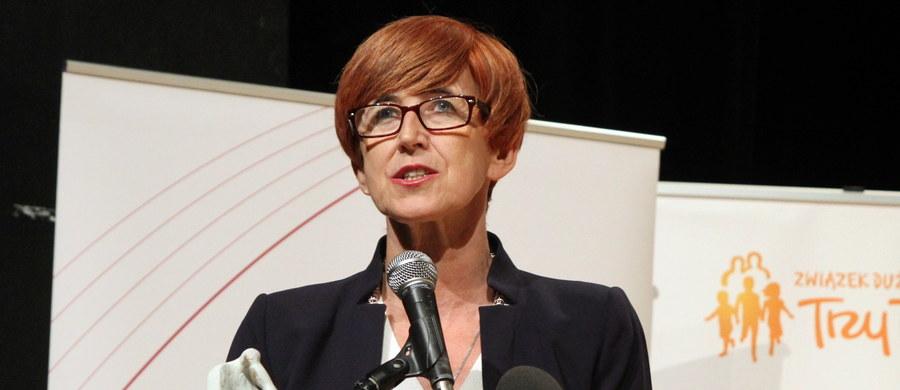Główne założenia programu 500+ pozostają bez zmian, koncentrujemy się na likwidacji niepożądanych zjawisk - powiedziała szefowa MRPiPS Elżbieta Rafalska, przedstawiając w Sejmie projekt nowelizacji niektórych ustaw związanych z systemami wsparcia rodzin.