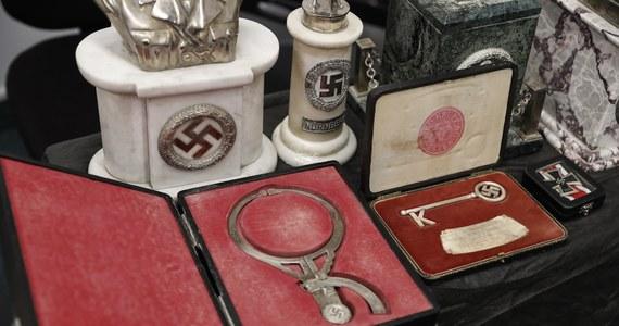 Policja w Argentynie przypuszcza, że odkryła największą w tym kraju kolekcję nazistowskich artefaktów, w tym popiersie Adolfa Hitlera, eleganckie pudełka ze swastykami, a nawet narzędzia służące do pomiaru obwodu głowy podczas makabrycznych eksperymentów medycznych. Wszystkie te przedmioty były ukryte w tajnym pomieszczeniu, znajdującym się za szafą z książkami mieszkania w Buenos Aires.