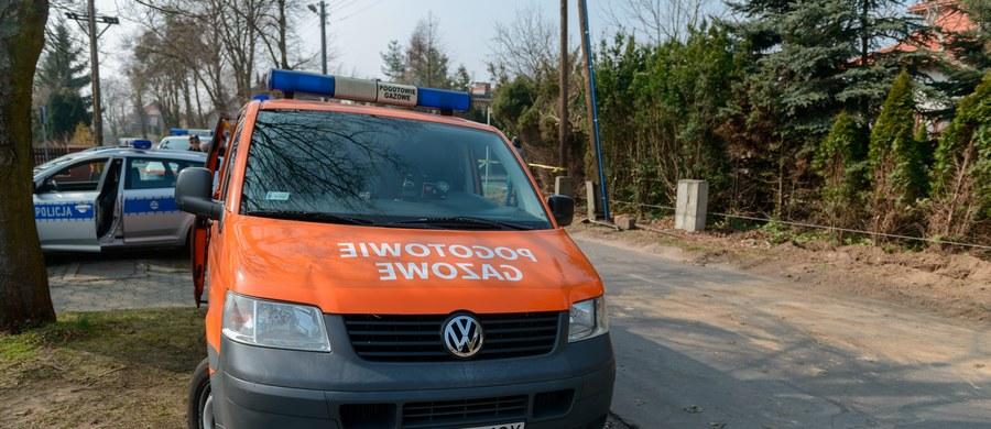 Rozszczelnienie rury z gazem na ulicy Leśnej w Nowej Dębie na Podkarpaciu. Profilaktycznie ewakuowano 130 dzieci z pobliskiego przedszkola, a także pracowników placówki.