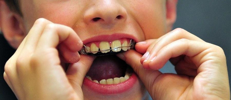Nieprawidłowy zgryz nie tylko wpływa na estetykę naszej twarzy. Nieleczony może również prowadzić do chorób wynikających z psucia się zębów.
