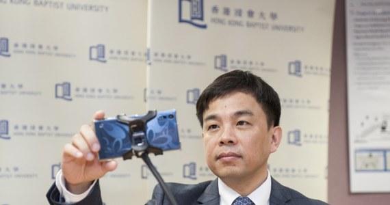 Z urządzenia, które za kierownicą przede wszystkim rozprasza smartfon może powoli stać się gadżetem, który pomaga kierowcy i dba o jego bezpieczeństwo. Przyzwyczailiśmy się już do wykorzystywania smartfonów do nawigacji, najnowsza aplikacja stworzona przez naukowców z Hong Kongu może zadbać o to, byśmy za kierownicą nie zasnęli. Według zapowiedzi jej twórców, aplikacja działa na zupełnie zwyczajnych aparatach, wymaga jedynie przedniej kamery.