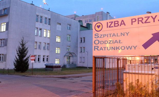 Zwolnienie bez wypowiedzenia ordynatora oddziału ginekologii szpitala w Starachowicach, po tym gdy pozostawiona bez opieki w placówce kobieta rodziła martwe dziecko na podłodze, nastąpiło z naruszeniem przepisów – uznał we wtorek sąd, zasądzając odszkodowanie na rzecz lekarza. Wyrok jest nieprawomocny. Przypomnijmy, na początku listopada do szpitala w Starachowicach zgłosiła się kobieta w ósmym miesiącu ciąży, ponieważ przestała czuć ruchy dziecka. Zdiagnozowano, że nie żyje. Według relacji pacjentki i jej męża, na które powołują się media i co potwierdzają wstępne ustalenia prokuratury, gdy rozpoczęła się akcja porodowa, kobiecie nie udzielono pomocy. Pozostawiona bez opieki, urodziła na podłodze jednej ze szpitalnych sal.