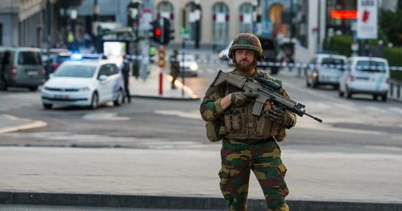 """Sprawca ataku bombowego na Dworcu Centralnym w Brukseli nie żyje - potwierdził w nocy belgijski Prokurator Generalny Eric Van der Sypt. Wcześniej informowano jedynie, że napastnik został """"zneutralizowany"""". Obecnie trwa sprawdzanie jego tożsamości. Dworzec jest wciąż otoczony przez policję. Prokuratura potwierdziła, że wieczorny wybuch nie pociągnął za sobą żadnych ofiar wśród ludności."""
