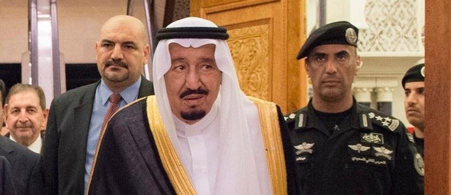 Agencja Reutera informuje o głębokich zmianach na szczytach władzy w Arabii Saudyjskiej. Król Salman wydał dekret, który zmienia kolejkę do tronu oraz szefów resortów odpowiedzialnych za sprawy wewnętrzne w kraju.