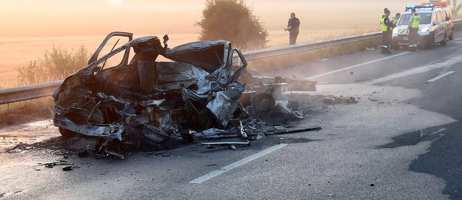 Ustalenie tożsamości kierowcy busa, który zginął we wtorek na autostradzie A16 w pobliżu miejscowości Calais we Francji, to obecnie priorytet w śledztwie, które prowadzi Wydział Zamiejscowy Prokuratury Krajowej w Rzeszowie. Naczelnik wydziału Rafał Teluk poinformował, że wszystko wskazuje na to, że ofiara był Polakiem.