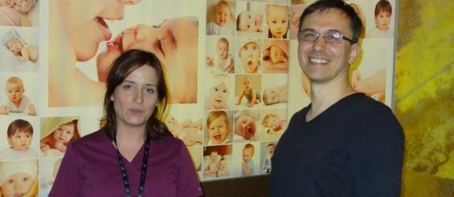 """""""Ogromna większość ludzi może zajść w ciążę w wyniku pomocy podstawowej i przy użyciu niezaawansowanych technik leczenia niepłodności. Natomiast pewna grupa ludzi wymaga pomocy na wyższym poziomie - in vitro"""" - mówi dr Wojciech Kolawa, ginekolog położnik z Centrum Medycznego """"Macierzyństwo"""" w Krakowie. """"Zawsze jakaś część komórek jajowych nie ulega zapłodnieniu. Potem mamy sytuacje, kiedy mówimy o tym, że wybieramy najlepszy zarodek do transferu. Rzeczywiście tak robimy, ale znowu pamiętajmy o tym, że skuteczność naszych procedur też nie jest stuprocentowa i nie zagnieżdża się sto procent zarodków"""" - dodaje Kolawa. """"Najważniejsze jest, aby para przed rozpoczęciem procedury leczenia metodą zapłodnienia pozaustrojowego miała świadomość tego, że dodatkowe zarodki mogą powstać. Wiedziała o tym i była gotowa do podjęcia decyzji, że te zarodki mają być przechowywane, że po te zarodki wróci, ewentualnie, że te zarodki przekaże do adopcji"""" - dodaje dr Marta Sikora-Polaczek, starszy embriolog kliniczny z Centrum Medycznego """"Macierzyństwo"""" w Krakowie."""