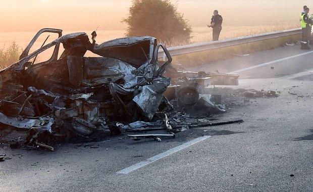 Kierowca busa, który zginął we wtorek na autostradzie A16 w pobliżu miejscowości Calais we Francji, to 52-letni Mirosław I. z woj. śląskiego – poinformował Wydział Zamiejscowy Prokuratury Krajowej w Rzeszowie. Informacje dotyczące tożsamości kierowcy podała polskiej prokuraturze strona francuska, która będzie jeszcze chciała potwierdzić te ustalenia badaniami DNA.