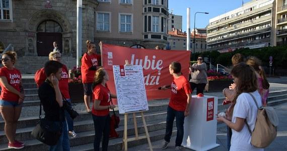 Happeningi w kilkunastu miastach, manifest wartości, pod którym każdy będzie mógł się podpisać i praktyczne pomysły na to, jak mądrze pomagać i wpływać na swoje otoczenie - z nową kampanią społeczną rusza w Polskę Szlachetna Paczka. Jej hasło to Lubię ludzi.