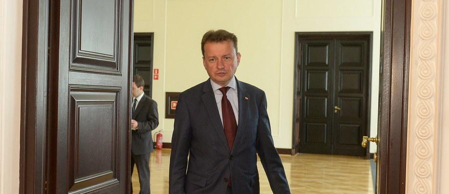 Szef MSWiA Mariusz Błaszczak zaapelował do swojego francuskiego odpowiednika Gerarda Collomba o podjęcie działań zapewniających bezpieczeństwo polskim przewoźnikom poruszającym się w rejonie Calais.