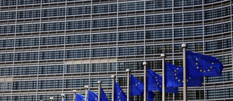 W Brukseli rusza dziś dwudniowy szczyt Unii Europejskiej. Jak ustaliła korespondentka RMF FM Katarzyna Szymańska-Borginon, Polsce nie udało się obronić w pracach przygotowawczych szczytu korzystnego zapisu, w którym szefowie państw i rządów wzywają Komisję Europejską, by zmieniła swoją propozycję legislacyjną w sprawie przyszłego stałego mechanizmu relokacji uchodźców. Chodzi o mechanizm, który będzie uruchamiany w razie przyszłych kryzysów i zakłada stosowanie kar finansowych wobec państw, które odmawiają przyjmowania uchodźców.