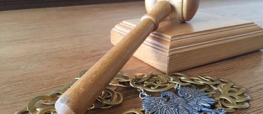 Katowicki sąd aresztował na trzy miesiące byłego prezesa i byłego udziałowca klubu sportowego Ruch Chorzów Dariusza S. Prokuratura zarzuca mu wręczenie 72 tys. zł korzyści majątkowych byłemu szefowi urzędu skarbowego w Sosnowcu.