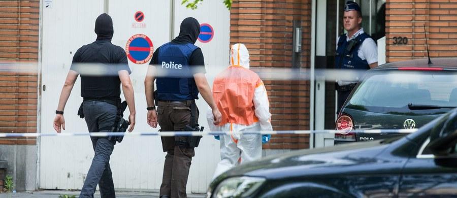 Belgijska policja, która prowadzi śledztwo w sprawie wtorkowego zamachu na Dworcu Centralnym w Brukseli, zatrzymała cztery osoby po rewizjach przeprowadzonych w stolicy Belgii w środę wieczorem - poinformowała prokuratura.