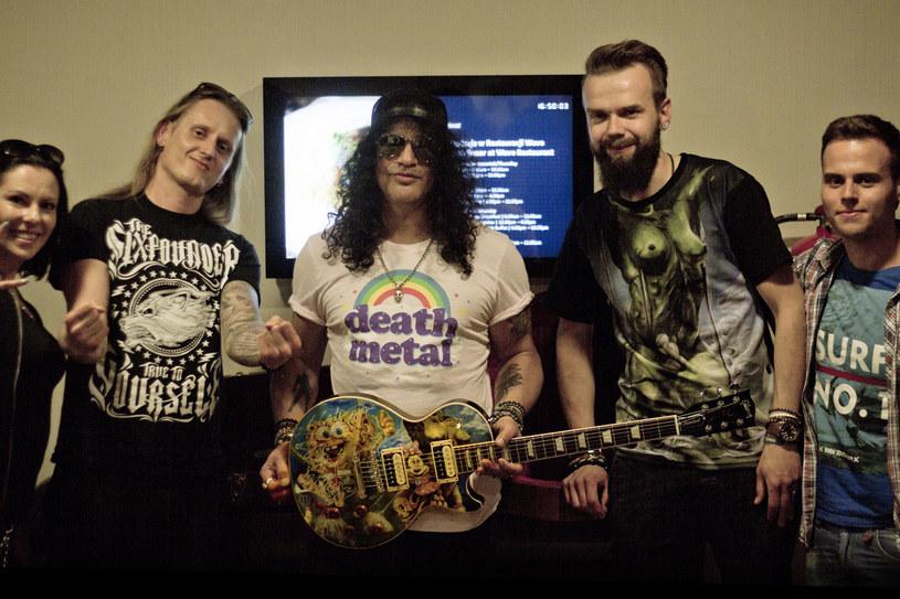 Znany z woodstockowych gitar Szymon Chwalisz przygotował ręcznie malowany instrument we współpracy ze Slashem, który zostanie przekazany na aukcję WOŚP.