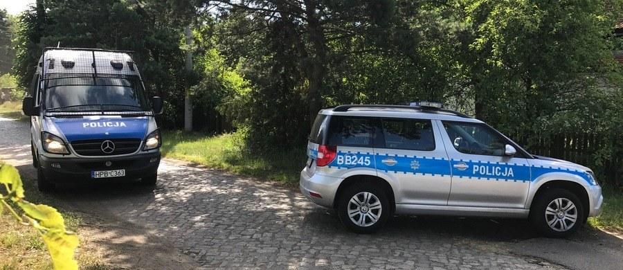 Sierż. sztab. Marcin Topolski wykazał się wielką ofiarnością i odwagą - mówił w Poznaniu szef MSWiA Mariusz Błaszczak. Razem z szefem polskiej policji odwiedził w szpitalu policjanta, rannego w trakcie pościgu za sprawcą kradzieży na stacji benzynowej.