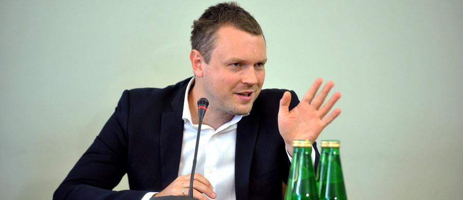 """Według dzisiejszej """"Gazety Wyborczej"""", latem 2012 r. właściciel tygodnika """"Wprost"""" Michał Lisiecki wspólnie z szefem Amber Gold Marcinem P. mieli przeprowadzić """"operację uwikłania"""" Michała Tuska w aferę gdańskiego parabanku. Gazeta, która powołując się na materiały operacyjne ABW, pisze, że Marcin P. chciał """"przykryć skandale upadającej piramidy finansowej rozgłaszając, że Michał Tusk pracował dla OLT Express""""."""
