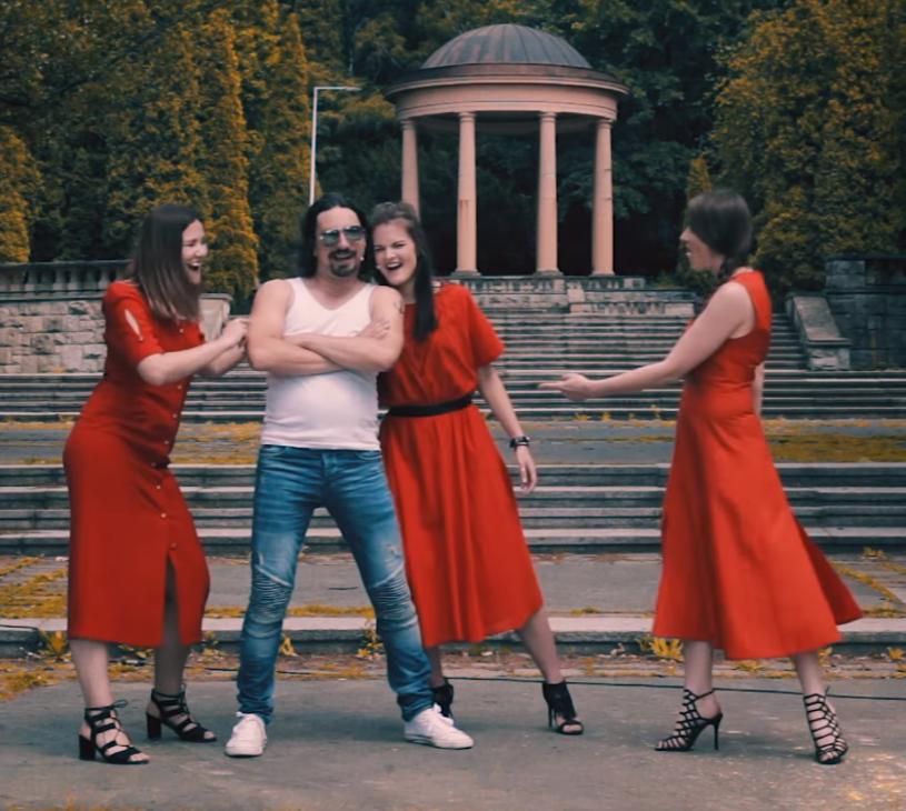 """Poniżej możecie zobaczyć najnowsze wideo przygotowane przez grupę Frele. Śląskie """"dziołchy"""" tym razem sięgnęły po """"Fly Away"""" Lenny'ego Kravitza, a do współpracy zaprosiły znanego komika Mariusza Kałamagę."""