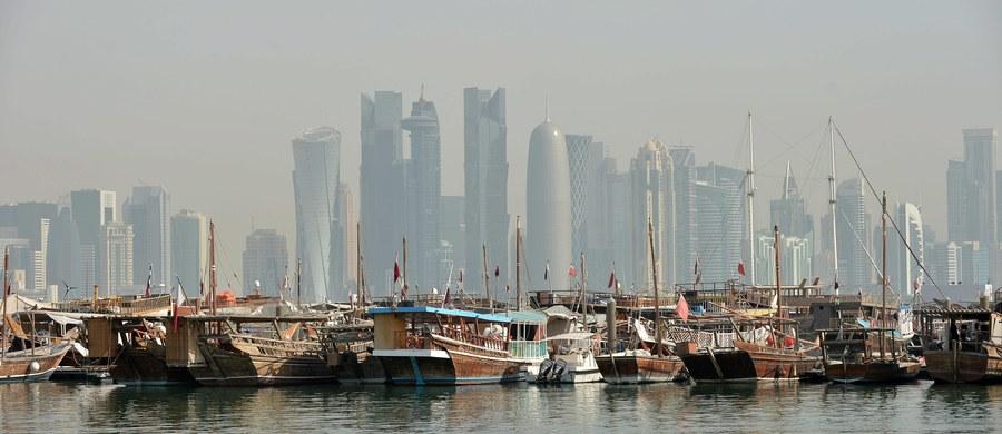 Cztery państwa arabskie, bojkotujące Katar w związku z domniemanym wspieraniem przez ten kraj terroryzmu, wysłały listę 13 żądań, wśród których figuruje zamknięcie telewizji Al-Dżazira i rozluźnienie relacji z Iranem.