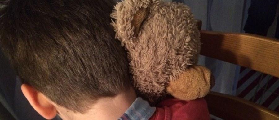 """Oto historie, których głównymi bohaterami są dzieci z zaburzeniem ADHD i ich rodzice: pierwsza z nich to historia 9-letniego Mateusza, u którego ADHD zdiagnozowano dzięki szkolnej bibliotekarce. Druga to historia dziecka z ADHD, które było kilkakrotnie adoptowane i kilkakrotnie wracało do domu dziecka, bo kolejni nowi """"rodzice"""" mieli z nim tak dużo trudności, że w końcu rezygnowali z opieki."""