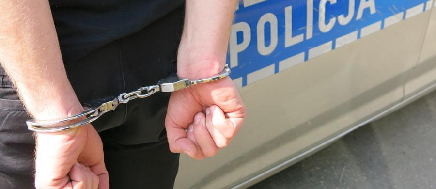 Krakowscy policjanci zatrzymali 46-letniego mężczyznę, który brutalnie zaatakował trzy kobiety w Nowej Hucie. Został aresztowany przez sąd. Napastnik rok temu wyszedł z więzienia, gdzie odbywał karę 13 lat za przestępstwa na tle seksualnym, rozboje i kradzieże.
