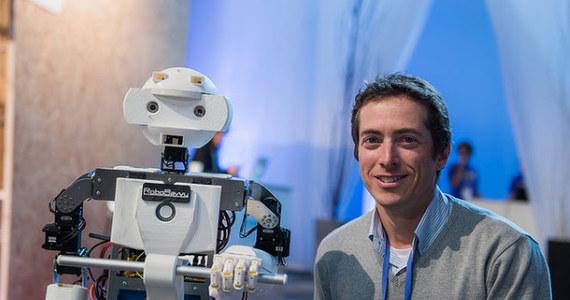 """Kiedyś wszyscy będziemy bezrobotni - w rozmowie z dziennikarzem RMF FM Michałem Zielińskim przekonuje twórca robotów Limor Schweitzer, prezes firmy Robo Savvy, były pracownik izraelskiego wywiadu, który wprowadza już na rynek """"robokamerzystę"""". Naukowcy zgadzają się, że roboty będą stopniowo wypierać ludzi z dzisiejszych zawodów. Różnią się jednak w ocenie skutków tego procesu. Jedni uważają, że - jak przy poprzednich rewolucjach: agrarnej czy przemysłowej - pojawią się nowe zawody. Inni argumentują, że tym razem będzie inaczej. Pracujący nad sztuczną inteligencją wizjoner przekonuje, że roboty wyposażone w sztuczną inteligencję ostatecznie zastąpią ludzi we wszystkich zadaniach. Jak mówi, potrzebna będzie zatem zmiana myślenia o roli człowieka w społeczeństwie, o władzy i o pieniądzu."""