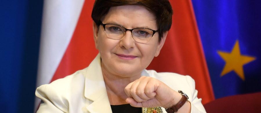 """Rekonstrukcję rządu się przeprowadza, a nie o niej opowiada - podkreśla premier Beata Szydło. Zastrzegła jednocześnie, że jeżeli któryś z ministrów lub wiceministrów nie będzie realizował programu, to będzie musiał """"odejść z drużyny""""."""