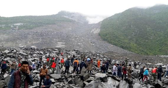 Lawina błota i kamieni, jaka zeszła na wieś Xinmo w prefekturze Ngawa w prowincji Syczuan w środkowo-zachodniej części Chin, zniszczyła 40 domostw, a zginąć mogło ponad 140 mieszkańców, głównie przedstawicieli mniejszości Qiang - podały władze. Ziemia osunęła się o godzinie 6:00 rano (po północy w Polsce) w związku z podmyciem podstawy góry przez wody wezbranej rzeki. Jak pisze Associated Press, po zejściu lawiny rzeka jest zablokowana na dwukilometrowym odcinku.