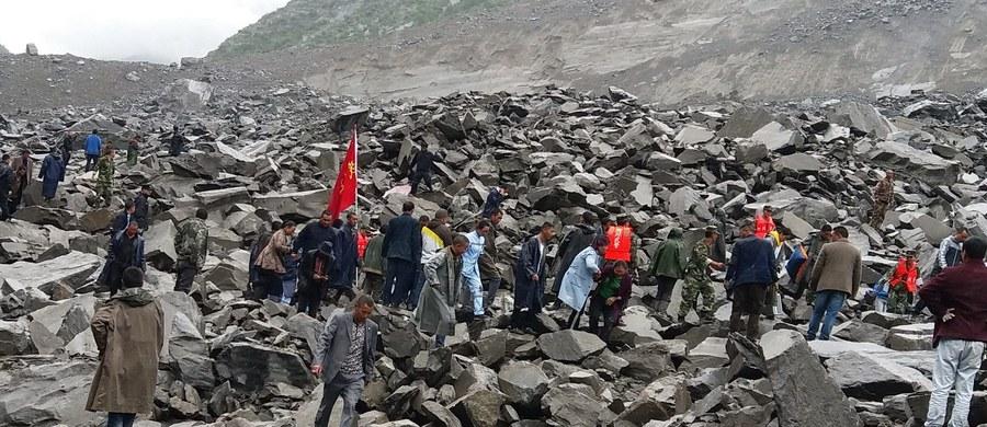 Co najmniej 15 osób zginęło, a ponad 120 jest nadal uwięzionych w gruzach budynków po zejściu lawiny kamieni na wieś Xinmo w prowincji Syczuan w środkowo-zachodniej części Chin. Ponad tysiąc ratowników bierze udział w akcji ratunkowej.