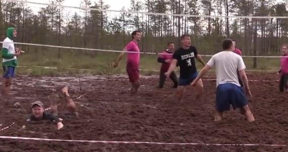 Nieopodal Sankt Petersburga trwają przygotowania do mistrzostw Rosji w siatkówce błotnej. Rywalizacja rozpocznie się w najbliższą sobotę - 1 lipca, a zawodnicy już testują warunki panujące na arenie zmagań.