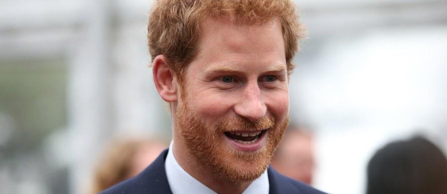 """Wnuk brytyjskiej królowej, książę Harry, chciał się """"wypisać"""" z rodziny królewskiej. Zdradził to w wywiadzie opublikowanym przez weekendową prasę na Wyspach."""