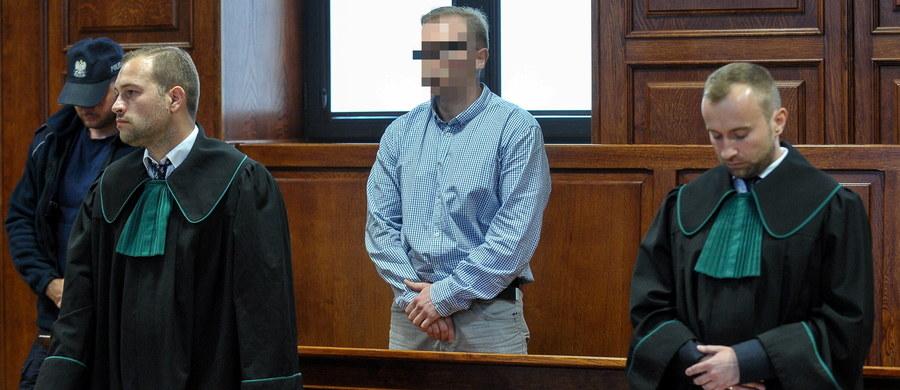 Karę dożywocia za zabójstwo czterech osób wymierzył w poniedziałek warszawski sąd Mariuszowi B. Skazany będzie mógł ubiegać się o przedterminowe zwolnienie po 40 latach. Mężczyzna na dożywocie został skazany już wcześniej. Rok temu wyrok uchylił sąd apelacyjny.