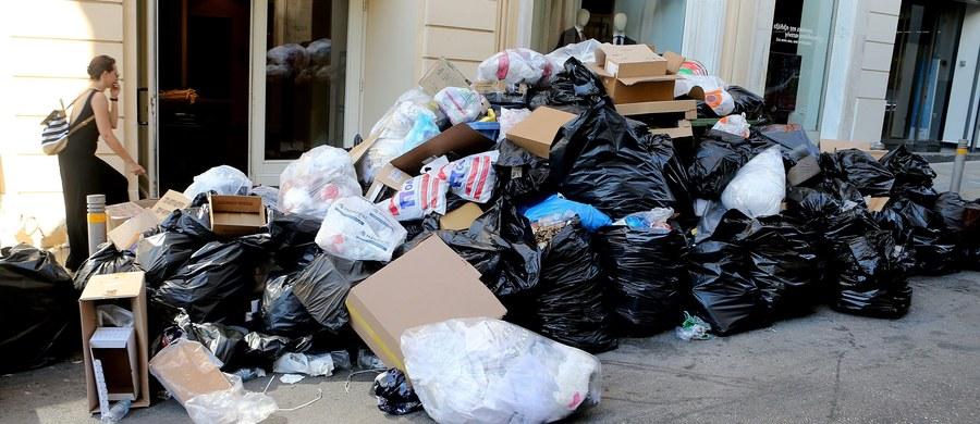 Grecki rząd wezwał w poniedziałek strajkujących drugi tydzień z rzędu pracowników służb komunalnych do powrotu do pracy. Do Grecji zbliżają się upały, a w Atenach i innych miastach kraju zalegają sterty śmieci. Według agencji AP, w centrum Aten doszło do starć strajkujących z policją. Nie ma doniesień o rannych.