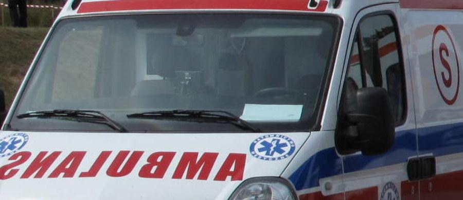 Prokuratura w Lwówku Śląskim na Dolnym Śląsku wyjaśnia okoliczności śmierci 61-letniego mężczyzny. Ze wstępnych ustaleń wynika, że mógł on zostać przejechany przez karetkę. Do tragicznego wypadku doszło w nocy z soboty na niedzielę.