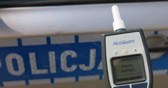 Kompletnie pijaną kierującą zatrzymali funkcjonariusze w Żabowie w Zachodniopomorskiem. Kobieta tłumaczyła, że zanim wsiadła do auta, upiła się... ze szczęścia.